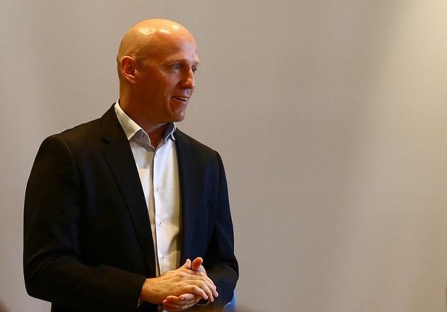 Salibandyliiton puheenjohtaja Ismo Haaponiemi näkee yhdenvertaisuusohjelman tiekarttana ja konkreettisena työvälineenä kohti avoimempaa ja osallistavampaa laji- ja toimintakulttuuria. Kuva: Salibandyliiga