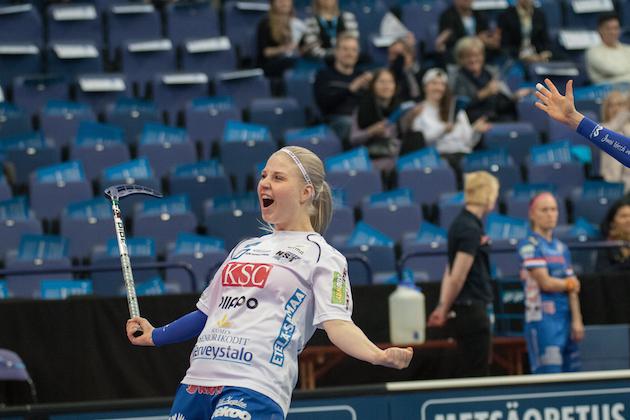 Juuli Hakkarainen sai kauan himoitsemansa Suomen mestaruuden. Kuva: Salibandyliiga