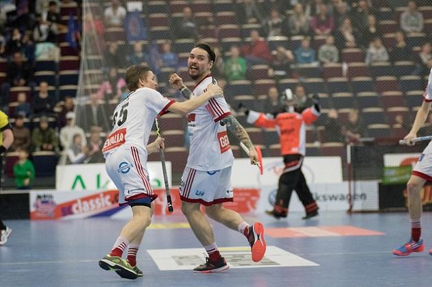Janne Hyvönen (oik.) debytoi Suomen miesten salibandymaajoukkueessa Sveitsin EFT-turnauksessa. Kuva: Topi Naskali