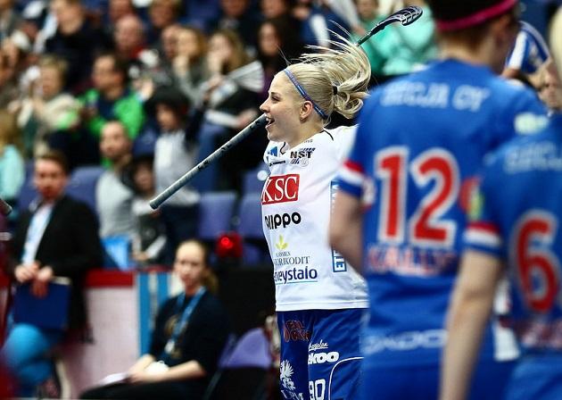 Juuli Hakkarainen sai kaulaansa ensimmäisen SM-kultamitalinsa. Kuva: Salibandyliiga