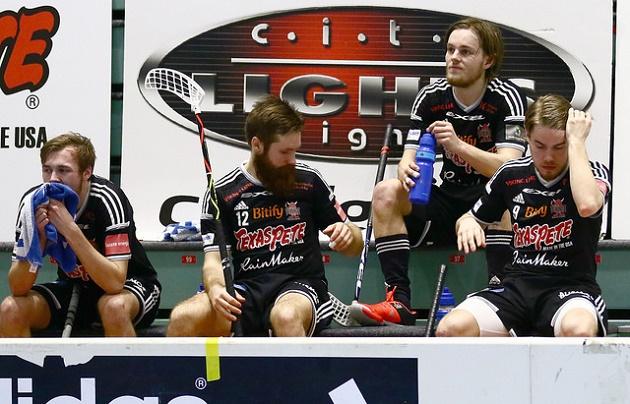 Miko Kailiala (toinen oik.) oli erittäin pettynyt, kun Viikingit jäi Superfinaalin ulkopuolelle. Kuva: Juhani Järvenpää