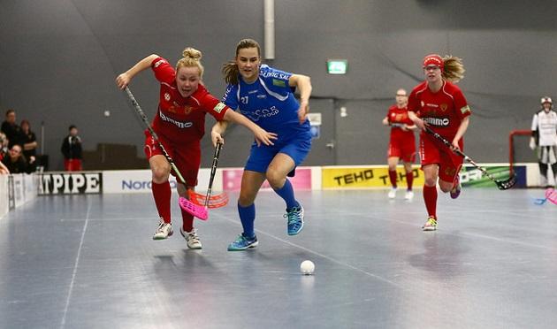 Koovee ja M-Team vääntävät A-tyttöjen SM-sarjan finaaleissa. M-Team johtaa ottelusarjaa voitoin 2-1. Kuva: Juhani Järvenpää