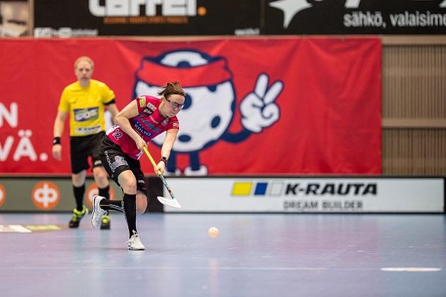 Minna Kallio debytoi naisten salibandymaajoukkueessa Sandvikenin EFT-turnauksessa. Kuva: Jari Turunen