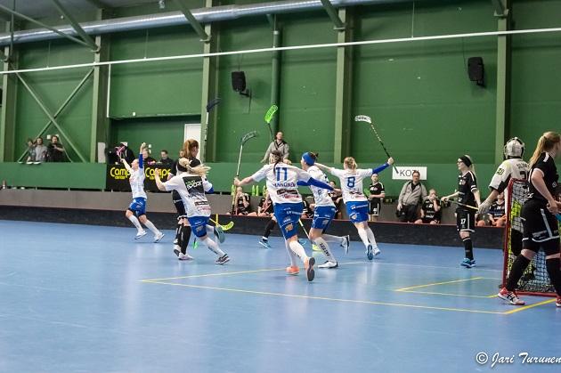 NST:n Mia Karjalaisen tasoitus ajassa 59.58 vei ottelun jatkoajalle. Kuva: Jari Turunen