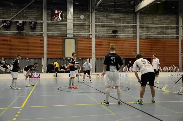Soittorasia (mustat paidat) ja Blackbirds (valkoiset paidat) ovat molemmat ilmoittaneet, että eivät hae Divarin sarjapaikkaa. Kuva Suomen Cupin ottelusta. Kuva: Antti Hänninen