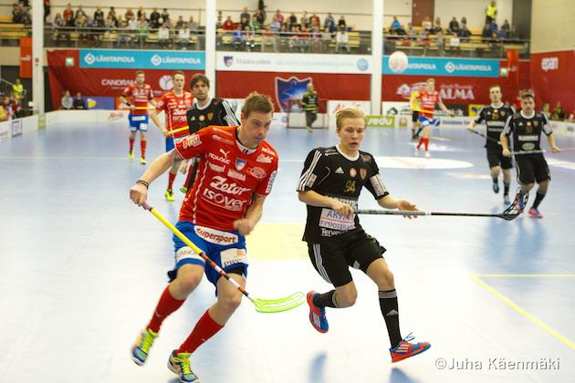 SB Vaasan kanssa jatkosopimuksen tehnyt Valtteri Pajunen (musta #94) edusti Kooveeta kaudella 2014-15. Arkistokuva: Juha Käenmäki.