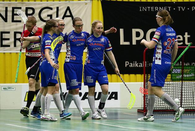 Classic pelaa naisten Superfinaalissa. Kuva: Salibandyliiga.