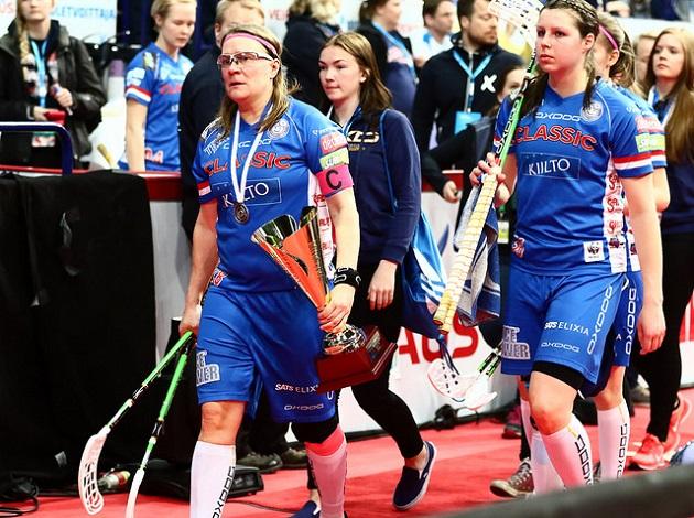 Classicin pelaajalegenda Katriina Saarinen harmitteli joukkueensa heikkoa pelaamista ottelun alussa Superfinaalissa. Kuva: Salibandyliiga