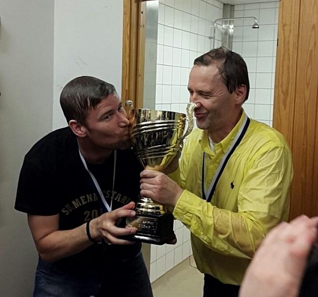M-Teamin valmennuskaksikko Juha Kantokorpi ja Kim Sälltröm pääsivät pokaalin kanssa mestaruussuihkuun. Kuva: Katri Laukkanen
