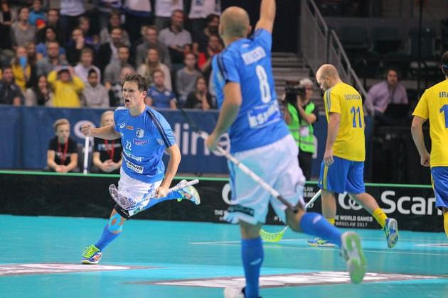 Nykyisin Suomen miesten maajoukkueen tähtipelaaja Jani Kukkola (vas.) oli mukana voittamassa U19-maailmanmestaruutta vuonna 2003. Kuva: IFF