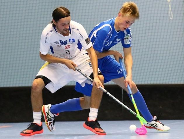 Blue Foxin nuori puolustajalupaus Alexander Nyman (oik.) väänsi itsensä Divarin parhaimpien puolustajien joukkoon. Kuva: Juhani Järvenpää