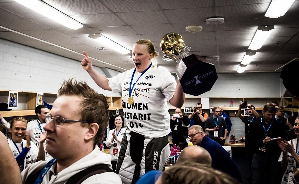 Jonna Mäkelä on pelipaikallaan luokkaa muita ylempänä. Kuva: Anssi Koskinen