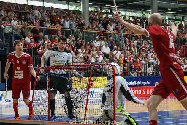 Anssi Soini (vas.) ja Harri Naumanen (oik.) juhlivat mestaruutta Saksassa. Miro Siljamon (valk. #47) oli tyytyminen hopeaan. Kuva: Matthias Kuch.