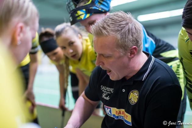 Jukka Kouvalainen jakamassa ohjeita PSS-pelaajille. Kuva: Jari Turunen