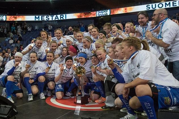 NST juhli naisten Suomen mestaruutta Hartwall Arenalla. Pääkallo.fi arvioi, että joukkueesta löytyi sarjan paras maalivahti, puolustaja ja valmentaja kaudella 2015-2016. Kuva: Salibandyliiga