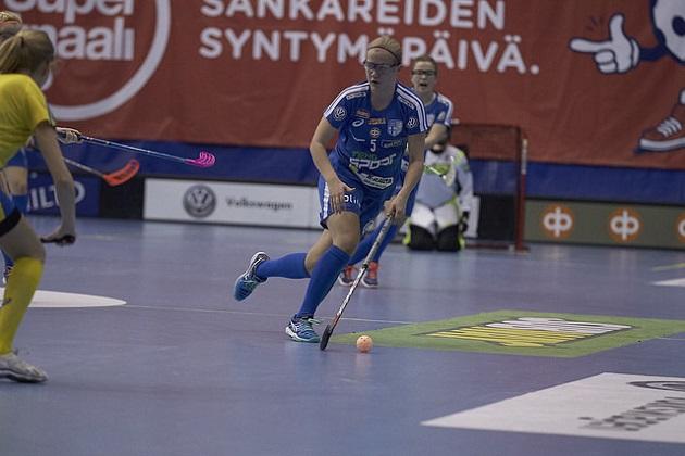 Veera Kauppi palkittiin kauden 2015-2016 parhaana tyttöpelaajana. Kuva: Olli Laukkanen