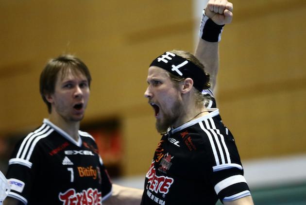 Mikael Järvi (oik.) on yksi kaikkien aikojen parhaista suomalaisista salibandynpelaajista. Kuva: Salibandyliiga