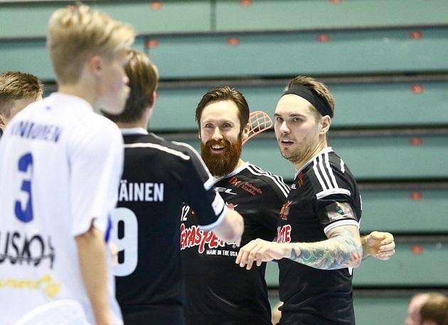 Keskellä myhäilevä parta ja siihen kiinnitettynä oleva Mikko Sipilä nähdään ensi kaudella Sveitsin liigassa. Kuva: Salibandyliiga