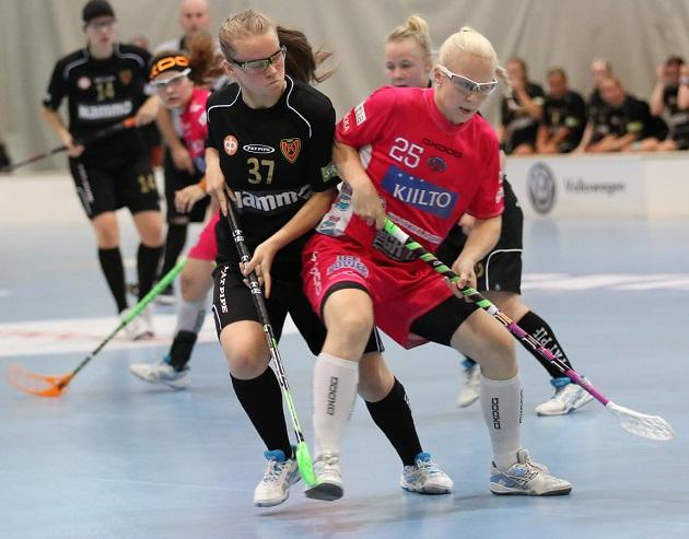 Näin Kooveen ja Classicin naisten liigajoukkueet väänsivät viime vuoden Kampenissa. Kuva: Esa Takalo