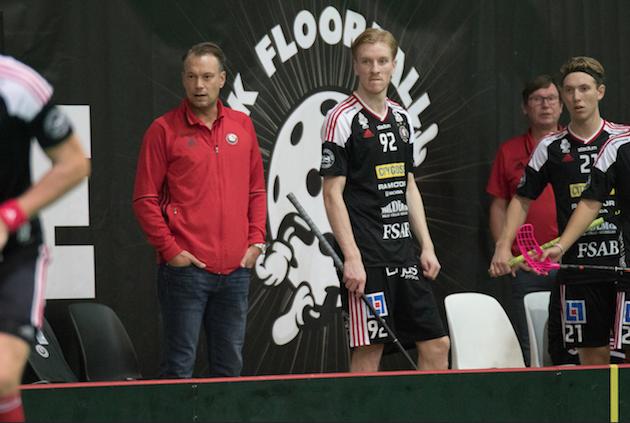 Hannes Öhman häärii Storvretan penkin takana. Vierellä supertaitava Alexander Rudd. Kuva: Topi Naskali