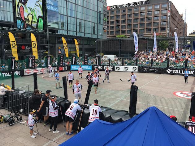 Street Hockeyn finaalitapahtuma veti mukavasti väkeä Kampin Narinkkatorille. Kuva: Jussi Ojala