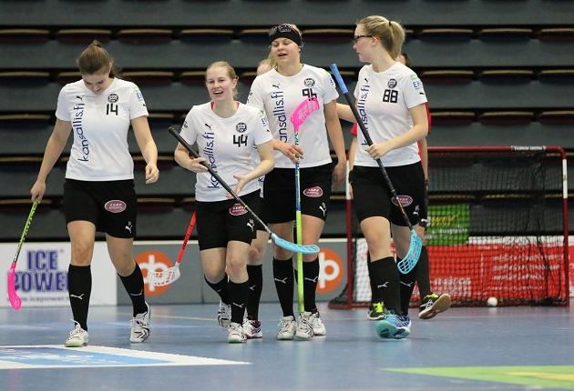 TPS:n naisten liigajoukkue aloitti kauden voittamalla EräViikingit maalein 3-6. Kuva: Esa Takalo