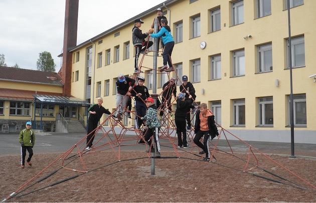 Juniorivalmentaja Hanna Tapion Pääkallo-teksteissä perehdytään lasten urheiluun sekä sen tärkeisiin taustavaikuttajiin. Kuvassa AC Hakin 04–05-syntyneet pojat turnausmatkalla Tampereella.