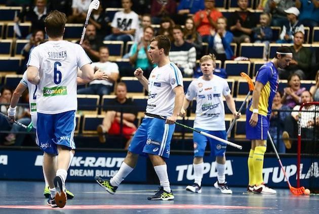 Janne Hoikkanen tuuletti antaumuksella Joonas Pylsyn syötöstä laukomaansa 1-0-maalia. Kuva: Salibandyliiga