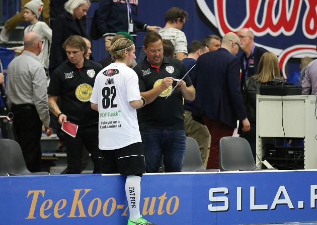 Mikael Järvi nähtiin myös tussi kädessä Tampere Areenalla. Kuva: Esa Takalo