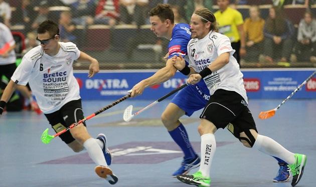 Mikael Järvi (oik.) rikkoi ensimmäisenä Salibandyliigan pelaajana 500 runkosarjan ottelun rajapyykin. Kuva: Esa Takalo