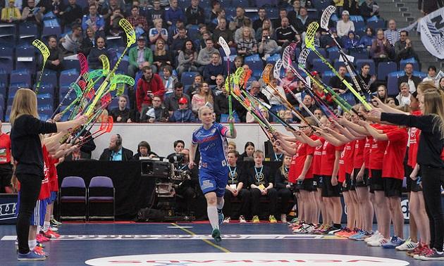 Nina Rantala oli Suomen naisten tehokkain pelaaja, kun Ruotsi kaatoi Suomen maalein 5-4. Kuva: Topi Naskali