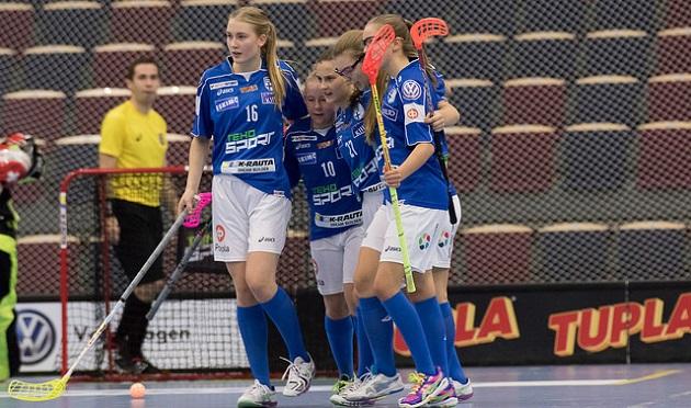 Trine Sällström (uloin vas.) hälytettiin naisten maajoukkueen avuksi Eliisa Alangon poisjäännin myötä. Kuva: Salibandyliiga