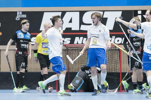 Miko Kailiala (kolmas oik.) iski kuusi osumaa Stelersin verkkoon ja nousi samalla liigan maalipörssin kärkeen. Kuva: Esa Jokinen