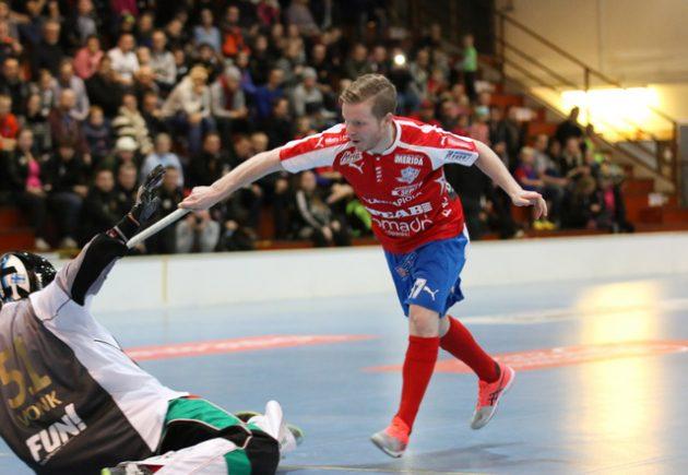 Helppoa, kun sen osaa. Rankkarispesialisti Tuomas Mustonen veivasi pallon Kooveen Arvid Vonkin selän taakse. Kuva: Esa Takalo