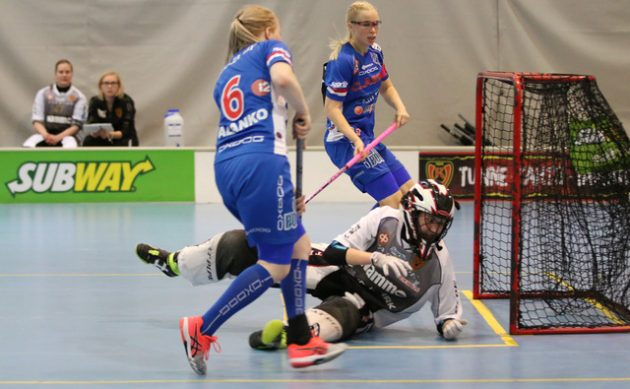 Classicin kaksikko Eliisa Alanko-Nina Rantala (takana) oli pysäyttämätön Kooveeta vastaan. Kuva: Esa Takalo