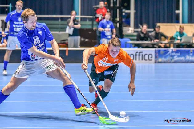 Rasmus Nyström (oranssi #39) oli pelipäällä Loviisaa vastaan. Kuva: Harri Bragge.