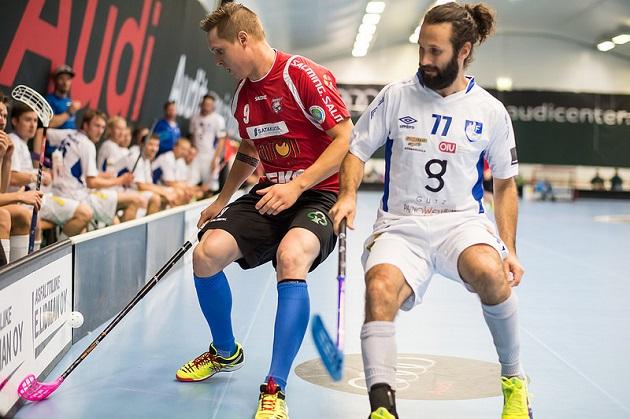 Juha Tikka (vas.) asetettiin torstaina 11 ottelun pelikieltoon. Kuva: Salibandyliiga