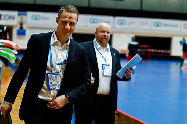 Maajoukkueen pääkäskijä Petri Kettunen (vas.) kertoi, että eritoten puolustajien valinta aiheuttaa toistaiseksi päänvaivaa MM-kisoja ajatellen. Kuva: IFF