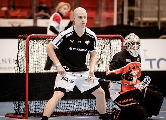 Suomen MM-joukkueeseen valittu Lauri Stenfors teki kauden ensimmäiset maalinsa Indiansin verkkoon. Puolustajan pistesaldo on nyt 2+3. Kuva: Anssi Koskinen