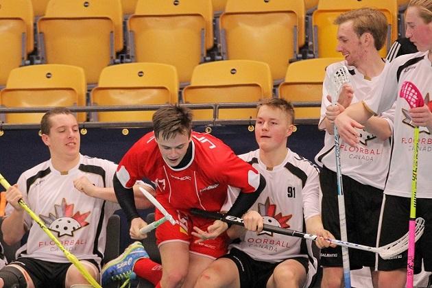 Valtteri Viitakoski (valkoinen nro 91) edustaa Kanadan miesten maajoukkuetta joulukuun MM-kisoissa. Kuva: IFF/Calle Ström