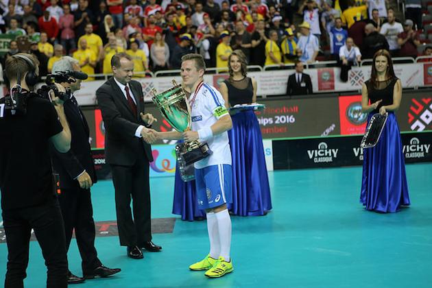 Tatu Väänänen antoi jalosti Mika Kohosen nostaa kannua ensimmäisenä. Kuva: IFF.