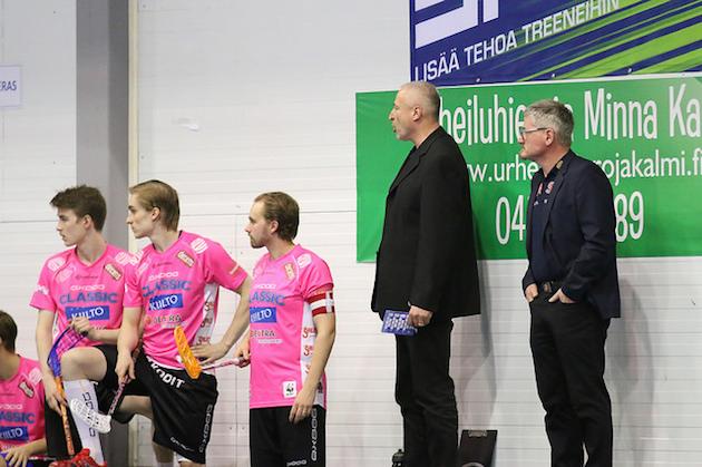 Kuvassa oikealla seisovat Samu Kuitunen (toinen oik.) ja Petteri Nykky luotsaavat MM-areenalla Australian maajoukkuetta. Arkistokuva: Esa Takalo.