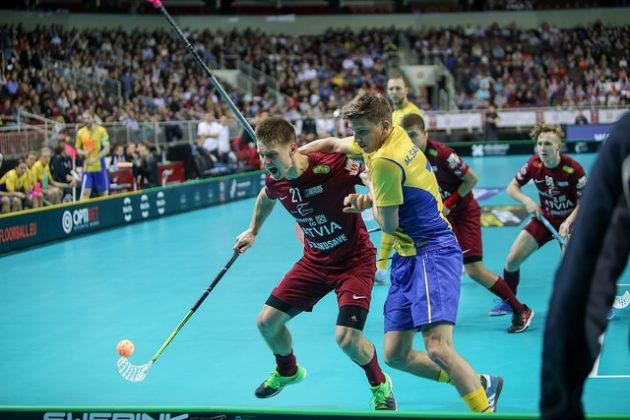 Keltapaitainen Ruotsi ei päässyt helpolla isäntämaa Latviaa vastaan, ja yleisö eli mukana Riga Arenalla. Kuva: IFF