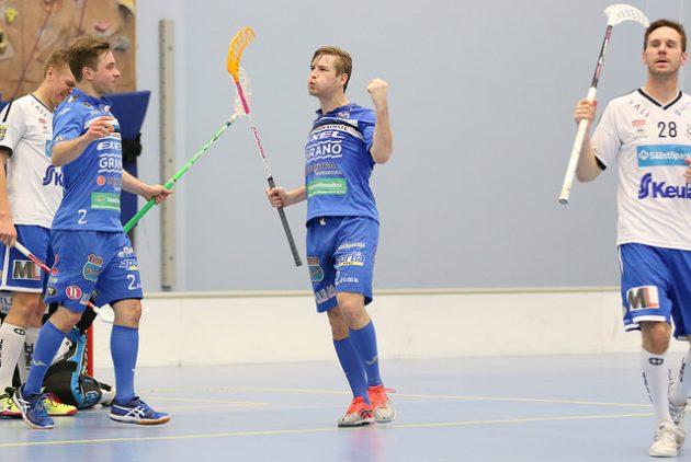 Henri Johansson (kesk.) vankisteli asemiaan pistepörssin kärjessä. Kuva: Esa Takalo