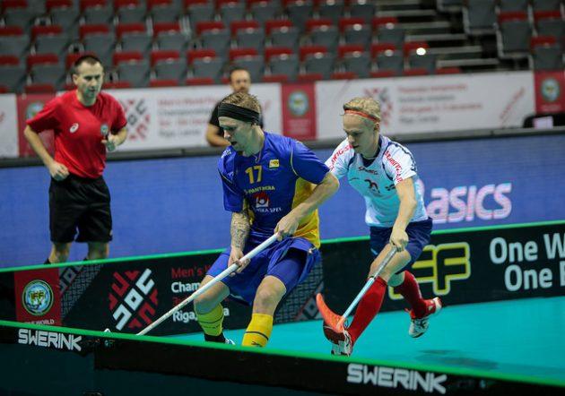 Maailman parhaaksi pelaajaksi valittu Rasmus Enström (vas.) pelasi ensimmäisen ottelunsa RIiassa Norjaa vastaan. Kuva: IFF