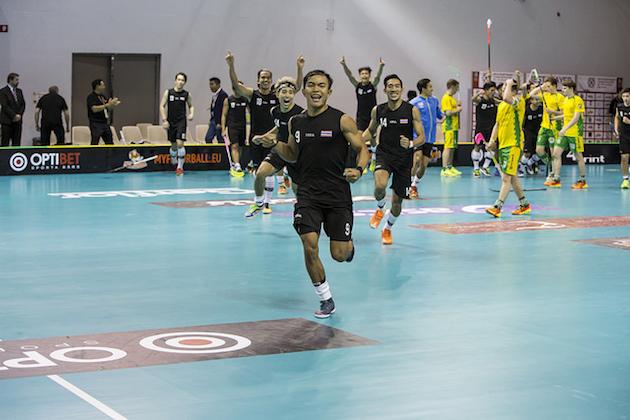 Thaimaan pelaajat rynnistivät faniensa eteen juhlimaan. Kuva: IFF.
