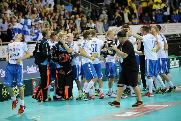 Jarno Ihme sai onnittelusuudelman Lauri Stenforsilta. Kuva: IFF