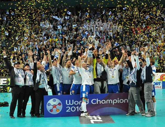 MM-kultaa kotikisoissa 2010. Tunnelma ottelussa, ja sen jälkeen oli kohdillaan. Kuva: Mika Hilska