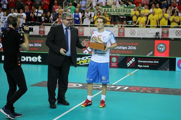 John Liljelund ojensi Peter Kotilaiselle salibandyn MM-kisojen parhaan pelaajan palkinnon. Kuva: IFF