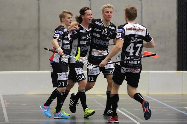 Erik Härkönen (vas.) on nakutellut pisteitä hyvää tahtia NLA:ssa. Kuva: Wilfried Hinz / Unihockey.ch.